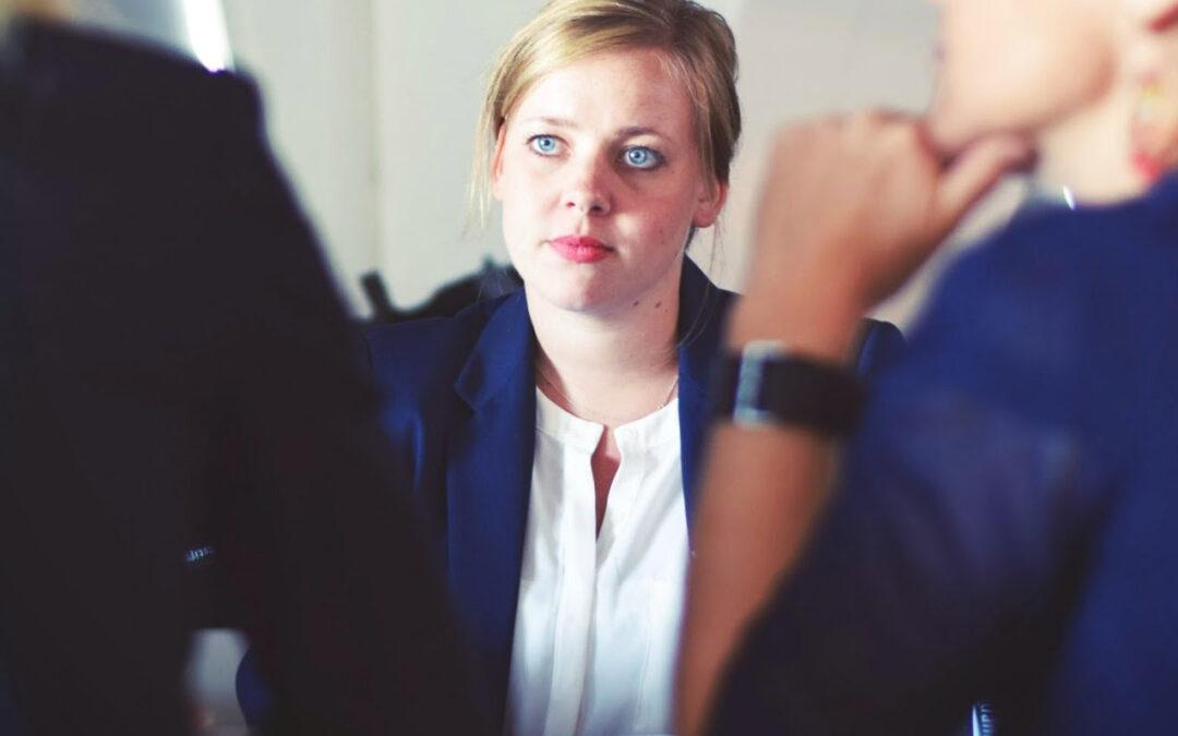 Quelles sont les questions essentielles à poser aux deux avocats lors du premier rendez-vous ?